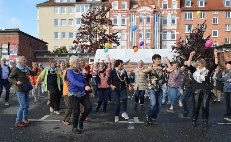 Der erste Senioren-Flashmob in Kiel 2017 bei Sonnenschein und bester Tanzlaune